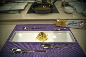 spaghetto quadrato con pesto di fave mentuccia e caffè