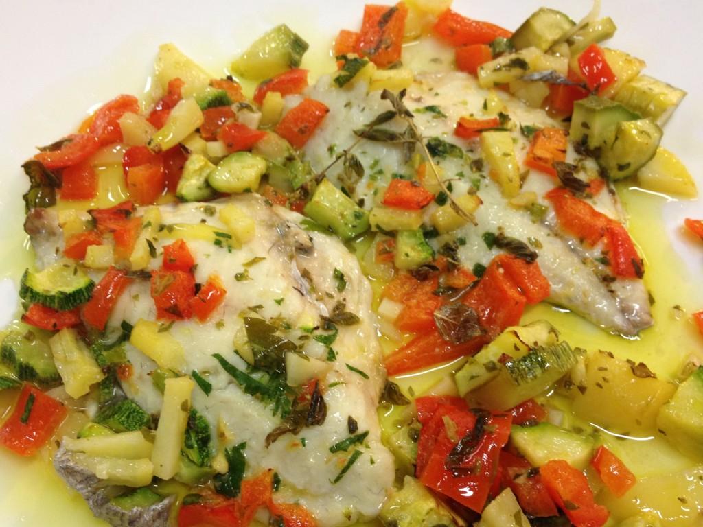 Filetti d'orata al forno con peperoni, patate e zucchine