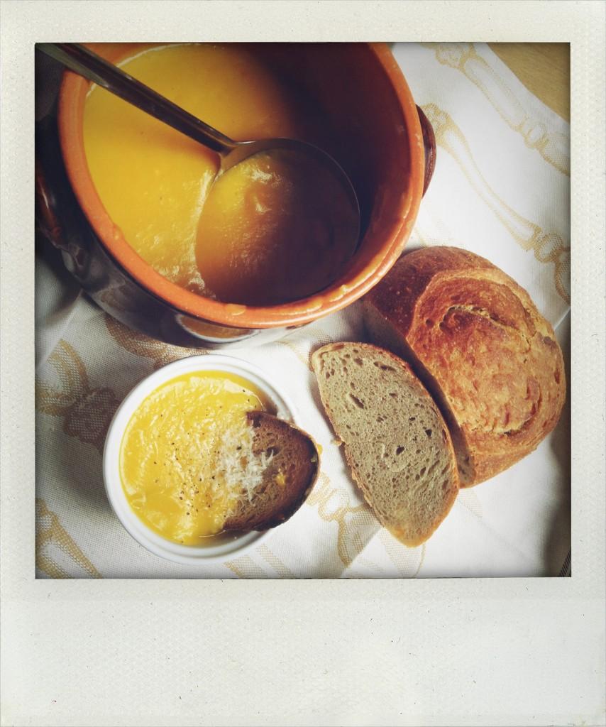 zuppa di zucca con pane al farro